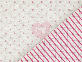 Úplet šedý s růžovými křížky a proužky